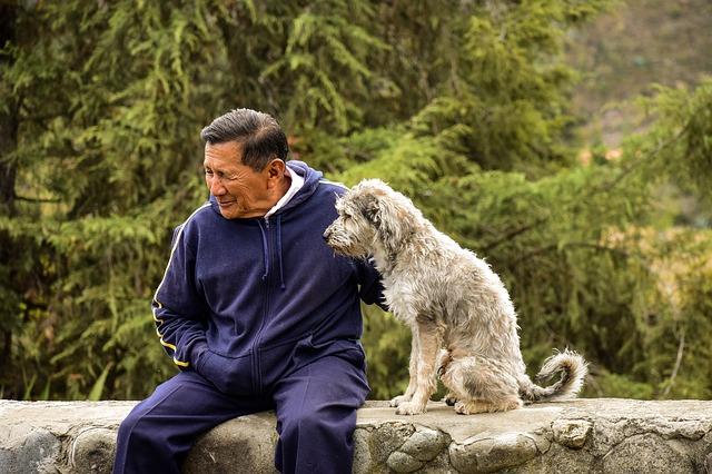 starý muž se psem