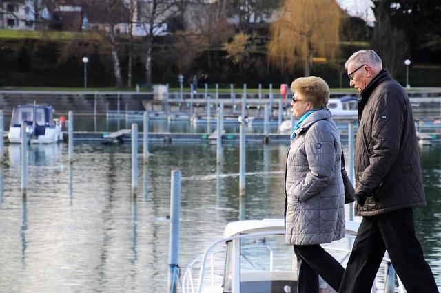 dôchodcovia na prechádzke.jpg