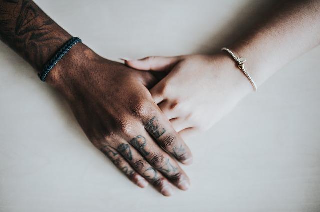 Mužská a ženská ruka, dotyk.jpg