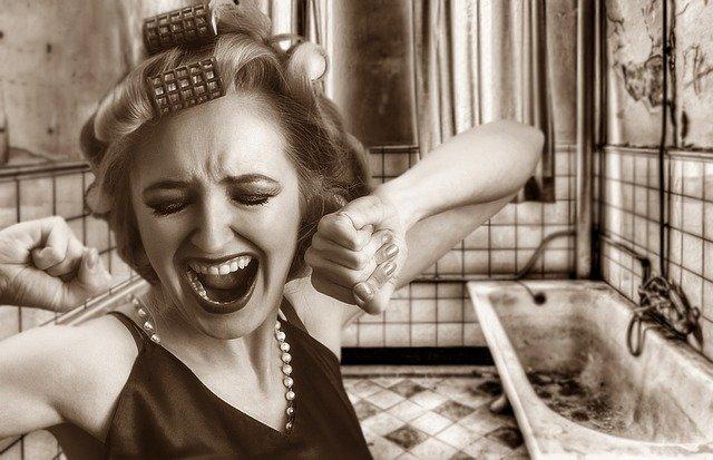 Žena v hrdzavej kúpeľni.jpg