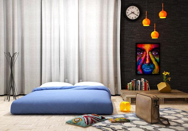 Miestnosť s dlhými závesmi a matracom na zemi.jpg