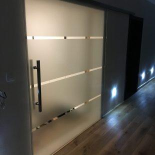Sklenené posuvné dvere prekryté pieskovacou metódou
