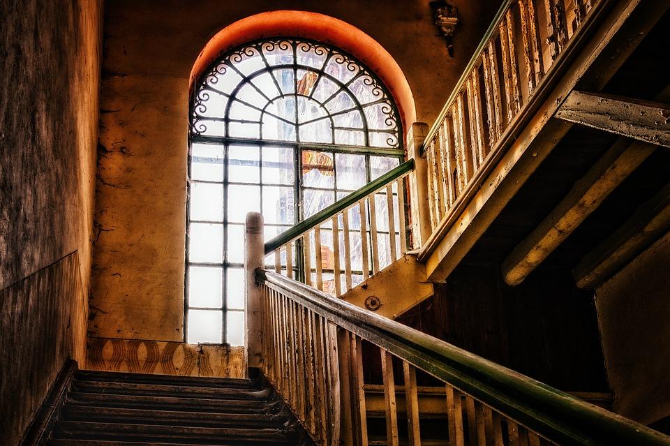 schodisko, opustená budova